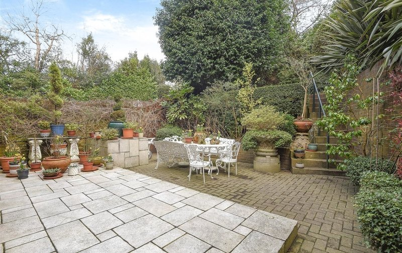 Flat for sale in Bracknell Gardens, Hampstead