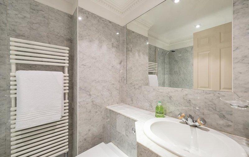 Flat to rent in Bracknell Gardens, Hampstead