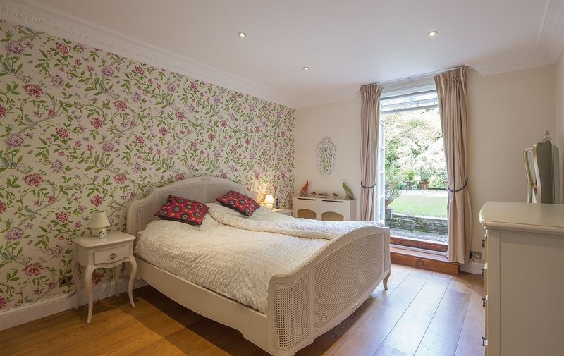 Flat to rent in West Heath Road, London