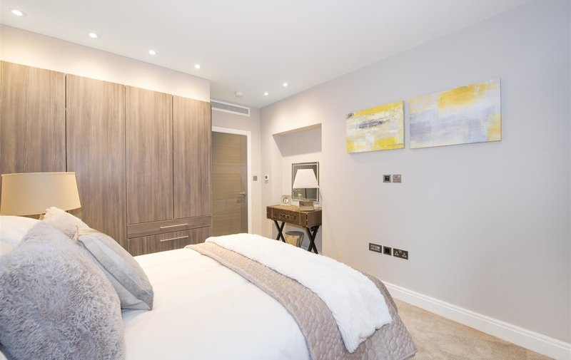 Flat to rent in Lyndhurst Road, Hampstead
